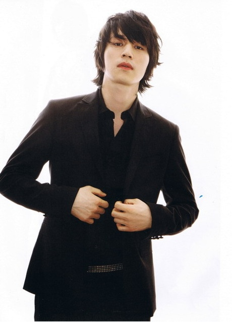 http://www.koreanfashiononline.com/wp-content/uploads/korean_actors_fashion_pictures/lee_dong_wook/2007/thai_magazine/korean_actor_lee_dong_wook_pictures_08.jpg